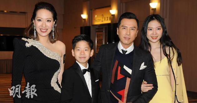 甄子丹、汪诗诗和一对子女出席首映。