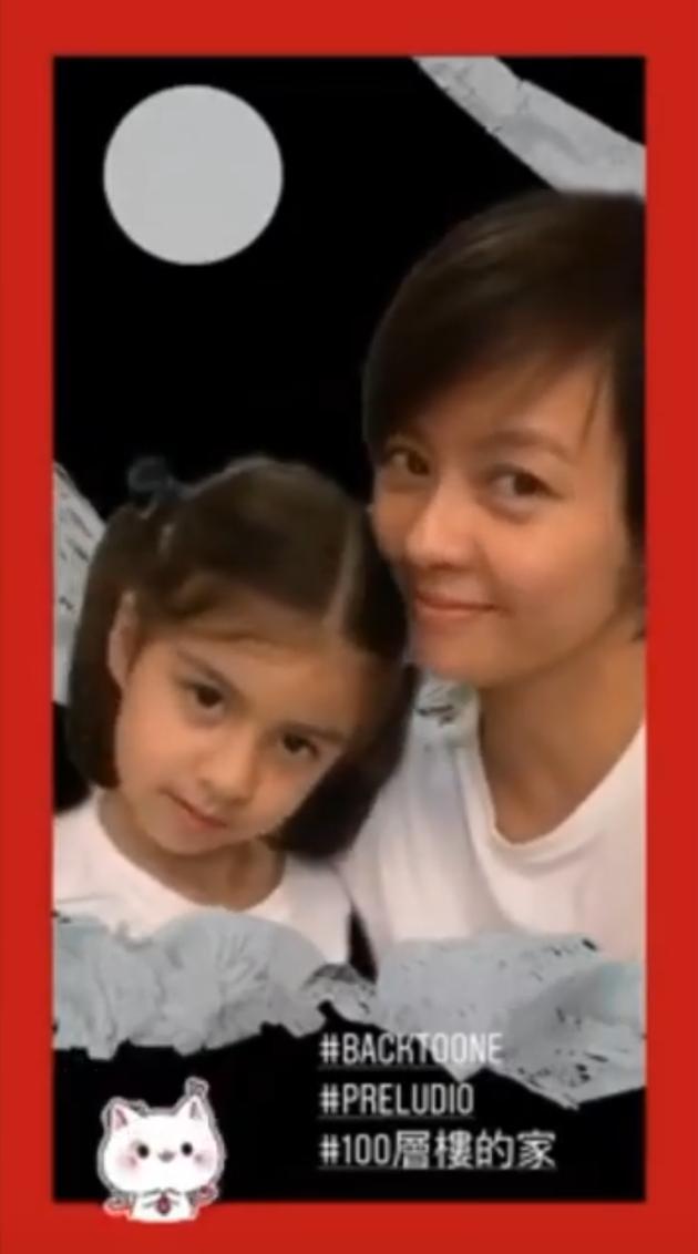 梁咏琪和女儿拍视频