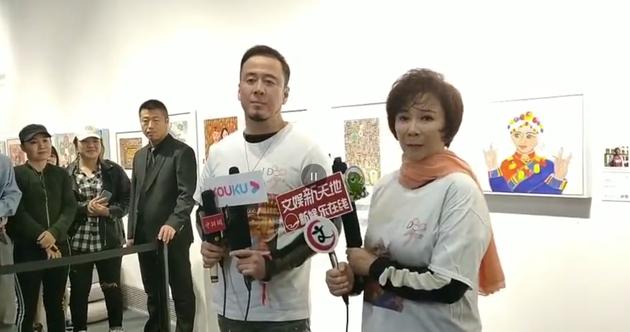 楊坤、蔡明接受記者采訪