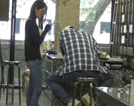 林�o带女友买化妆品