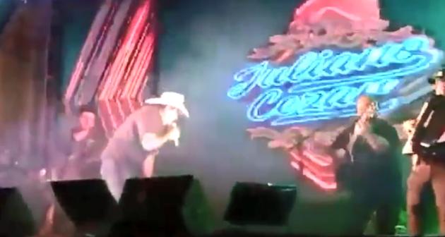 Juliano Cesar在跨年演唱会上外演(头戴白帽者)