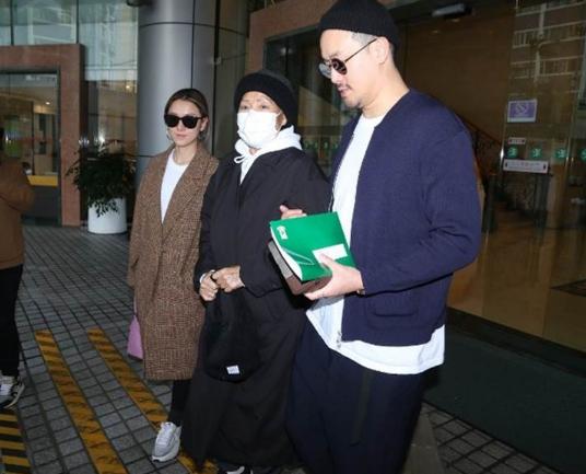 朱锡珍今年1月在儿子曾国祥与媳妇搀扶下,步出医院。