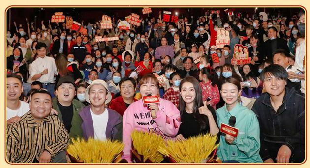 贾玲微博之夜穿的粉色卫衣正是《你好李焕英》襄阳路演时的服装