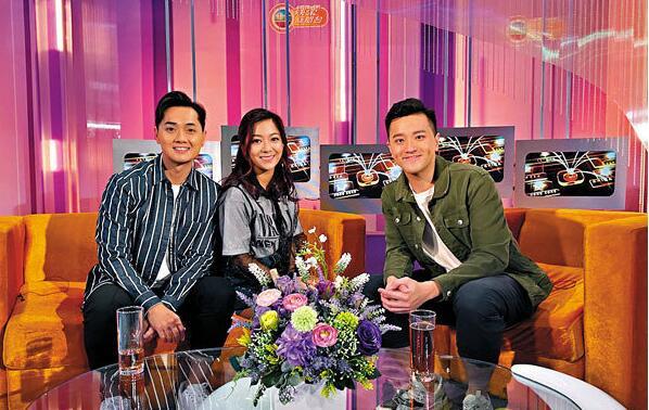 郑俊弘(左)与何雁诗(中)谈订婚感受。