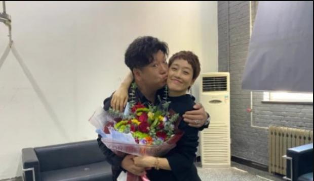 网友晒出照片称男星刘天佐与马伊�P亲密拥抱