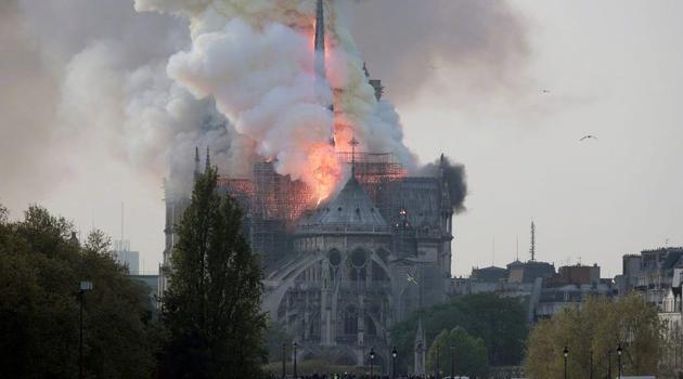 巴黎圣母院火灾图