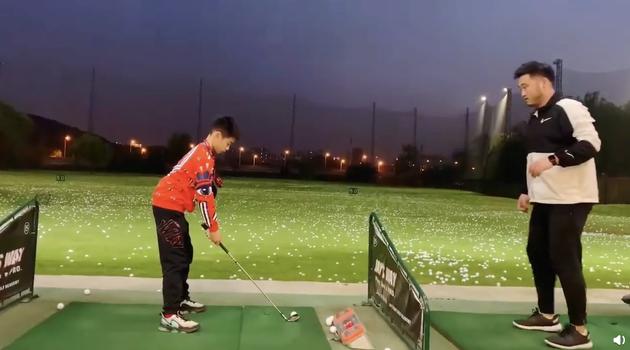 杨阳洋打高尔夫动作标准熟练 杨云感慨真的长大了
