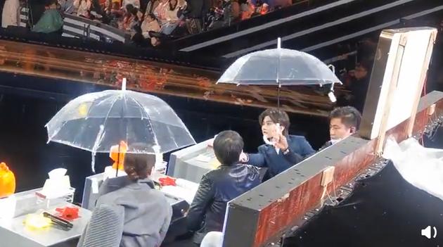 好暖!蔡徐坤雨天将伞立刻让给张凯丽尽显绅士风度