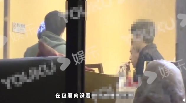 刘恺威聚餐时室内吸烟被拍