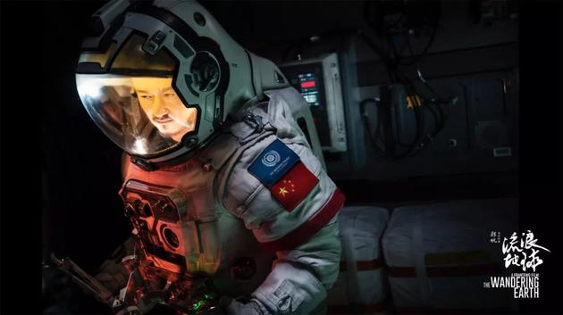 身着宇航员服装的吴京