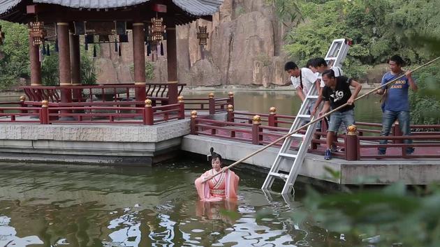 拍摄落水戏。