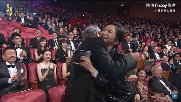 李安和陶子拥抱