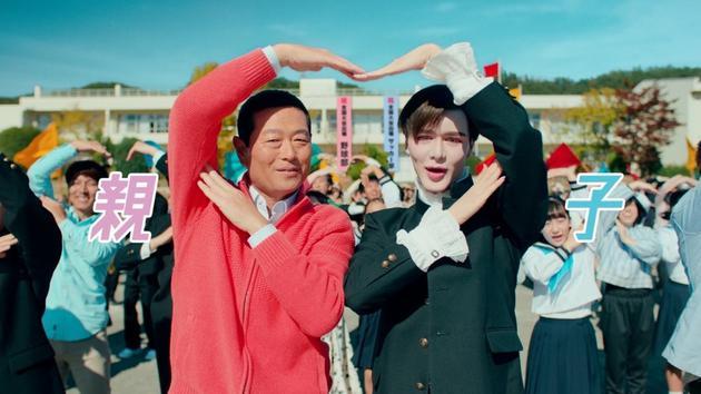Matt与父亲桑田真澄合拍广告一起跳舞