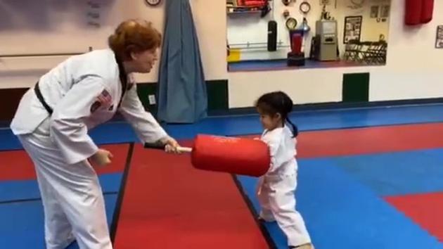 章子怡晒醒醒与外籍教练打拳视频