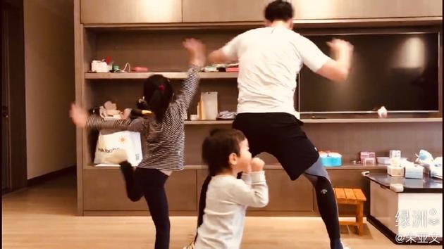 朱亚文陪孩子们跳舞