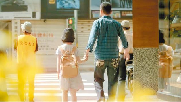 罗大佑(右)重新改编《伴侣》,并把疫情期间的生活影像记录下来。