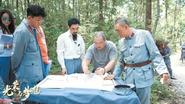 导演刘江(右二)现场给演员说戏。
