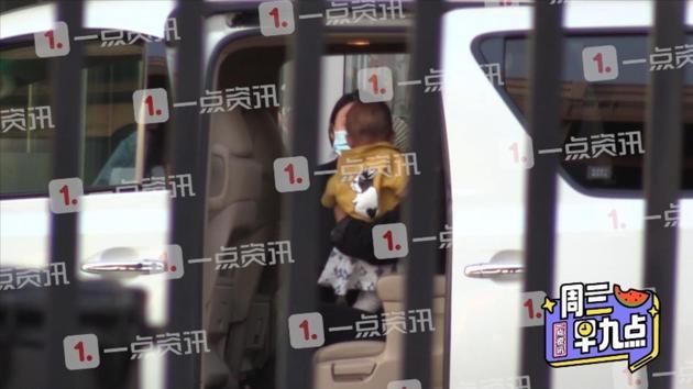 曝江一燕隐婚生子带萌娃现身机场 工作人员未回应
