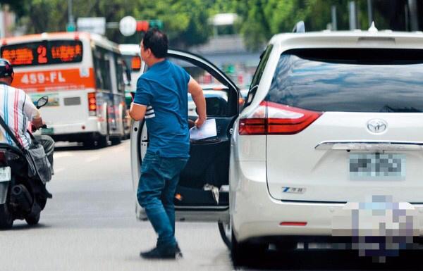 林志玲的司机载着林志玲到台大儿童医院