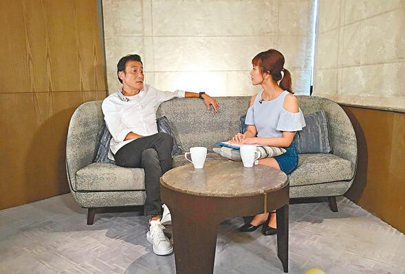 梁家辉(左)与主持植咏珊(右)分享拍摄时吃榴莲趣事。