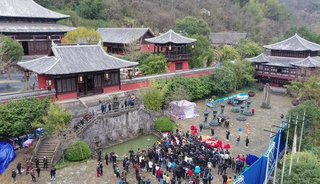 香港著名导演王晶的新片在十九峰景区开机