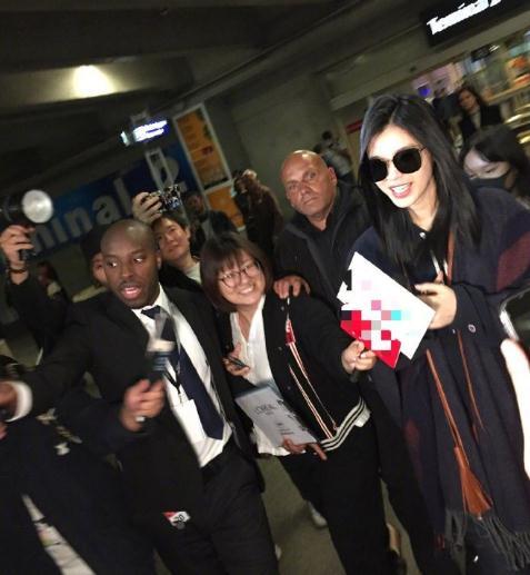奚梦瑶抵达尼斯机场 被围着问是否有孕