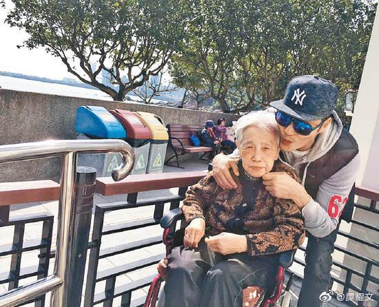 谭耀文与母亲