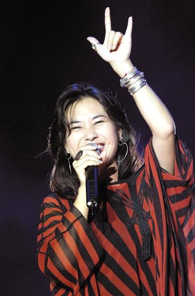 """歌手顺子在演唱中比出""""love""""手势"""