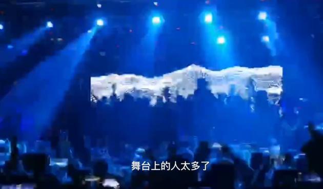 痛仰乐队巡演歌迷挤满舞台 主唱被挤得没地方站