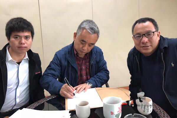 王跃文(中)与胡勇平(右)、刘凯(左)律师签署授权维权委托书