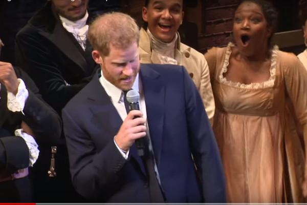 哈里王子携妻观看音乐剧 突开金口唱歌全场惊喜