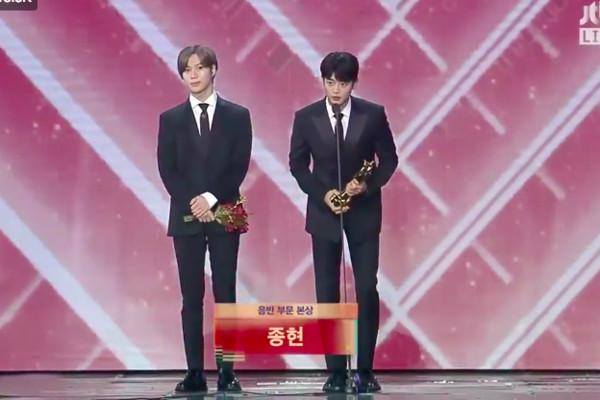 钟铉离世一年多,遗作得奖,SHINee泰民、珉豪代为领奖