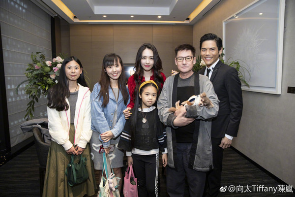 郭碧婷与两个妹妹合影