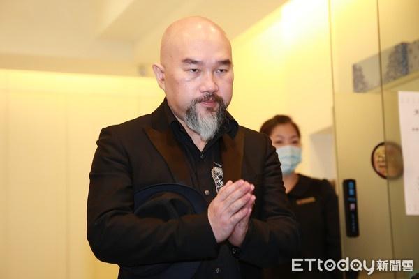辛龙陪爱妻刘真9小时步出灵堂