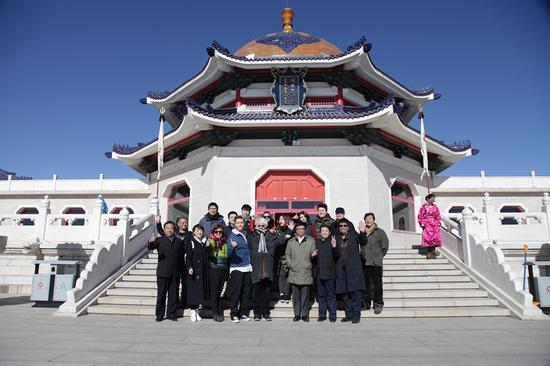 《鐵木真傳說》劇組主創、出品方代表、嘉賓在成吉思汗陵合影