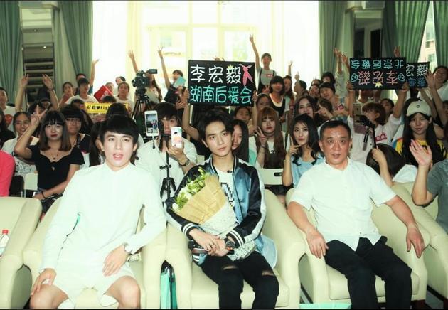 18岁成人自拍偷拍图片_李宏毅18岁成人礼生日会 家人粉丝送祝福