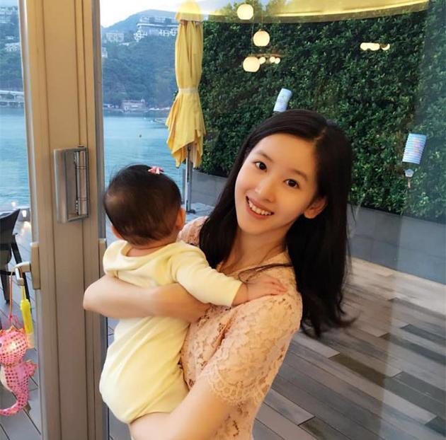 奶茶妹妹抱自己孩子首次出鏡,網友:好似姐妹