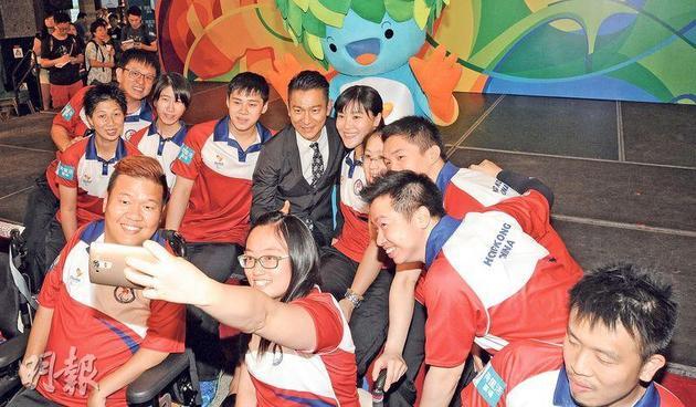 刘德华跟《里约2016残疾人奥运会》香港代表团成员开心自拍