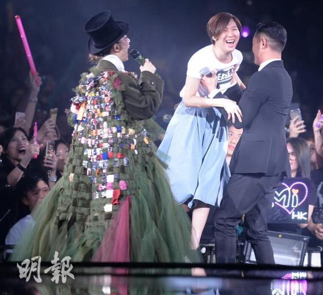 古天乐当众抱女歌迷上台合照,被称赞很MAN