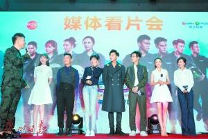 李锐、张蓝心、黄子韬、蒋劲夫、佟丽娅(从左到右)