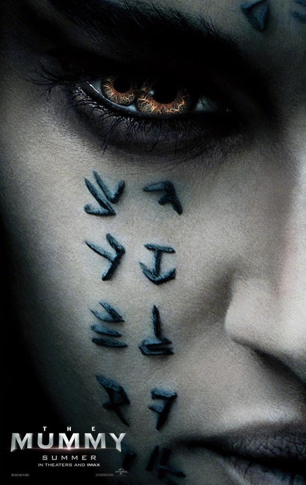 《新木乃伊》公主角色海报公布:诡异双瞳脸刻神秘文字的照片