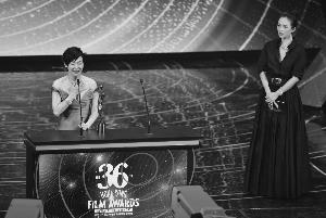章子怡为最佳女主角颁奖,当获悉得奖时,惠英红又开心又激动,在台上哭成泪人
