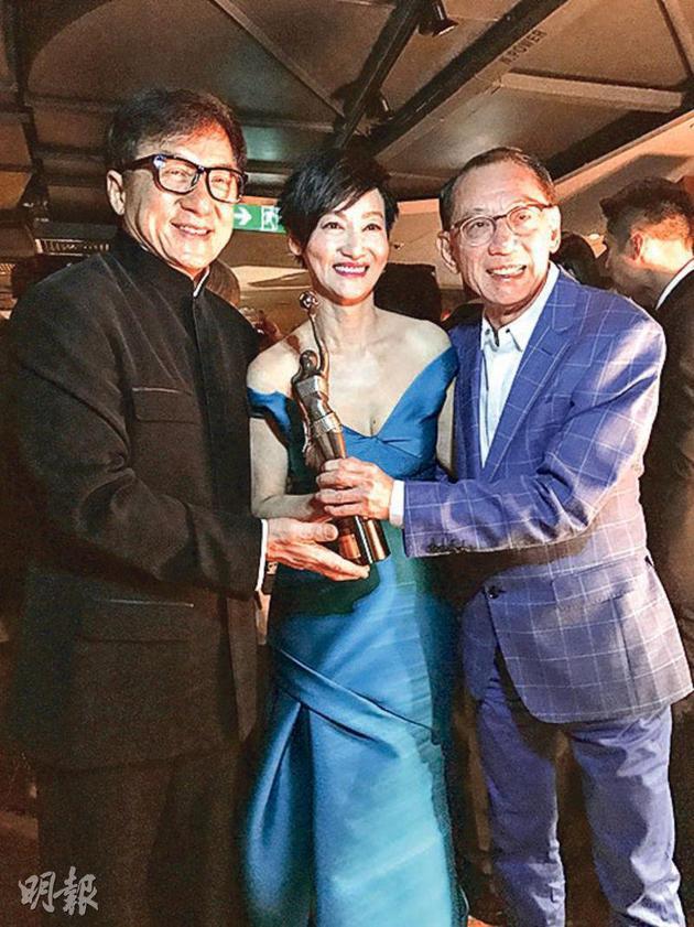 成龙(左)与杨受成(右)恭贺惠英红封后。