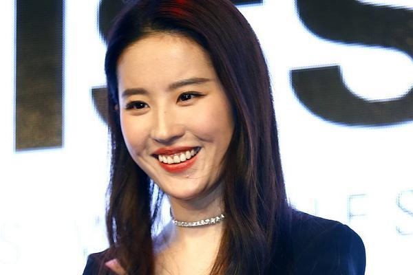 刘亦菲咧嘴笑发福浓妆现皱纹