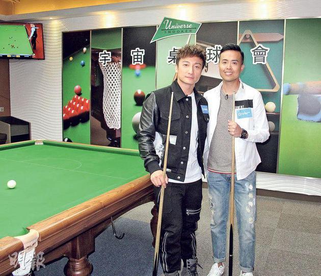 方力申(左)梦想成真,跟偶像傅家俊(右)来一场桌球友谊赛。