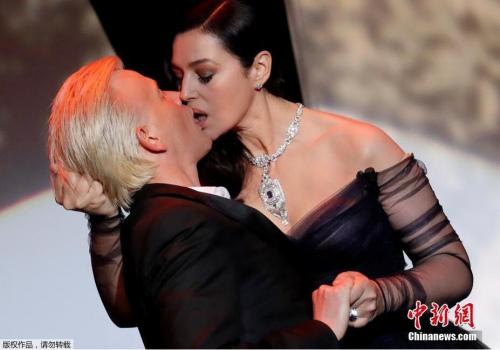 女神莫妮卡·贝鲁奇是当晚开幕式的主持人,她现场与法国喜剧演员Alex Lutz当众热吻。