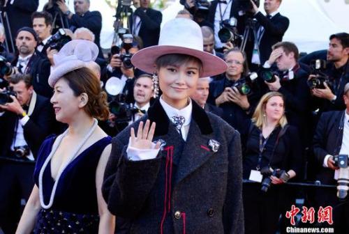 中国演员、歌手李宇春亮相开幕式红毯秀。中新社记者 龙剑武 摄