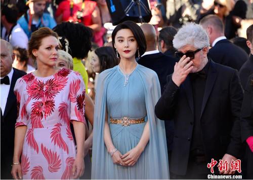 电影节主竞赛单元评委、中国演员范冰冰(中)亮相开幕式红毯秀。 中新社记者 龙剑武 摄