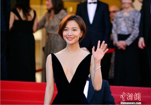 中国演员王珞丹亮相开幕式红毯秀。 中新社记者 龙剑武 摄