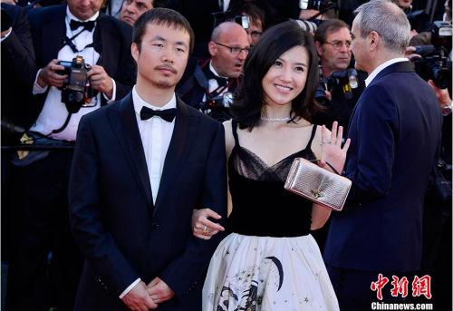 """入围""""一种关注""""单元的中国影片《路过未来》导演李睿珺(左)、主演杨子姗(右)亮相开幕式红毯秀。 中新社记者 龙剑武 摄"""